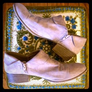 🔴🌸American Eagle suede booties Size 10